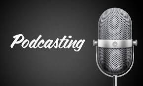 Un micrófono de condensador y la palabra podcasting