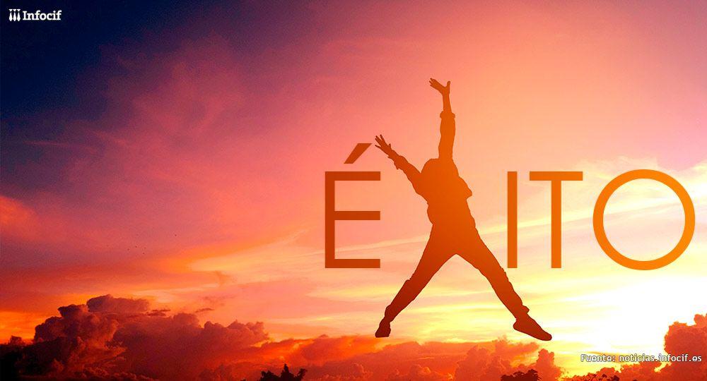En un cielo rojizo se ve escrita la palabra éxito. La letra x es la silueta de una persona saltando con brazos y piernas abiertas