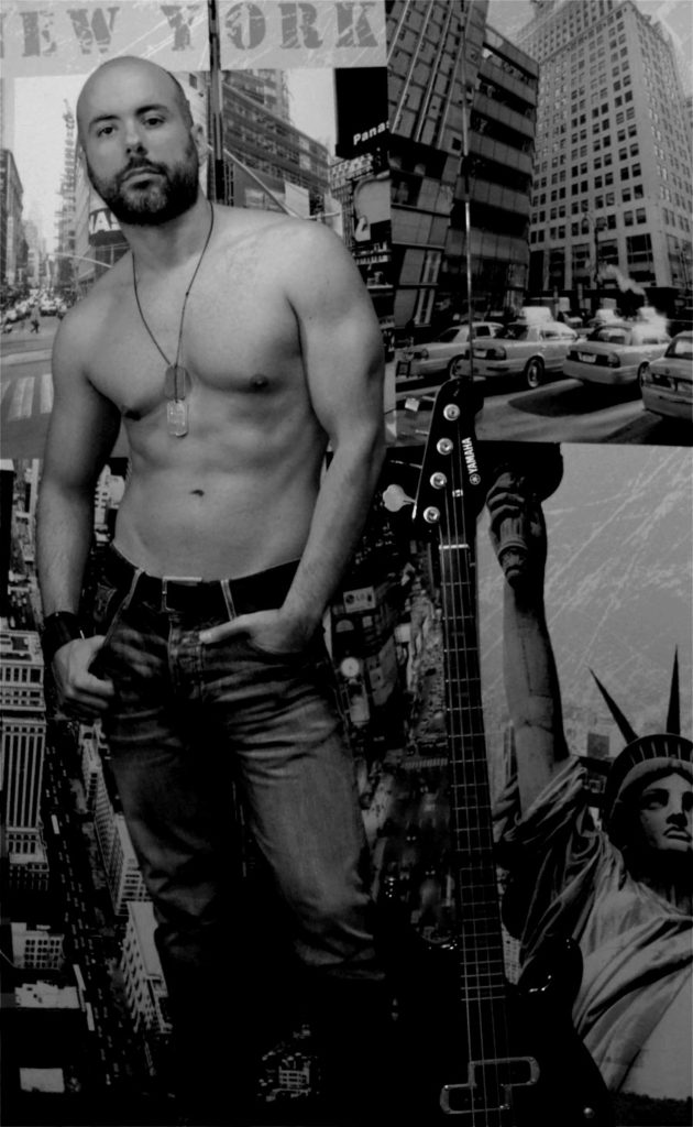 Jaime Rock & Roll, de cuerpo entero, sin camiseta y con las manos en los bolsillos