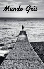 Un espigón que se adentra al mar, con un hombre al final. Todo en blanco y negro