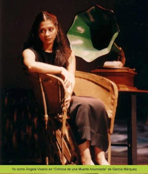 Gaby Ugarte sentada ante un gramófono interpretando Crónica de una muerte anunciada