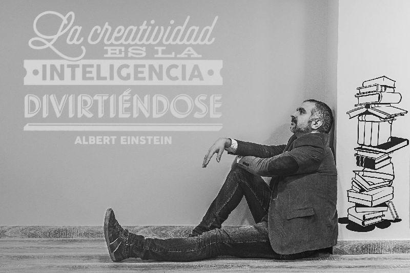 Raúl sentado en actitud meditativa ante una frase de Einstein