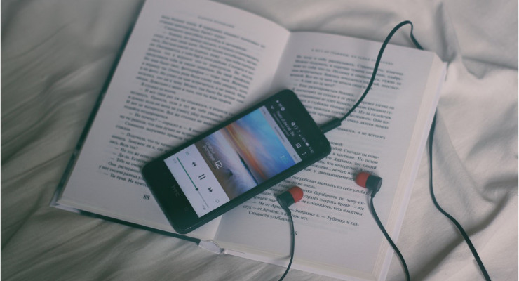 escuchar podcast en el móvil. Audiolibros