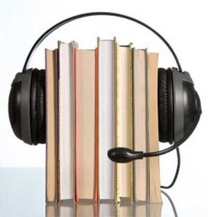 Unos libros con unos auriculares puestos.