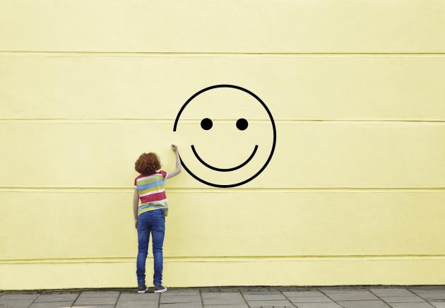 Una mujer pintando el lago de la felicidad en una pared